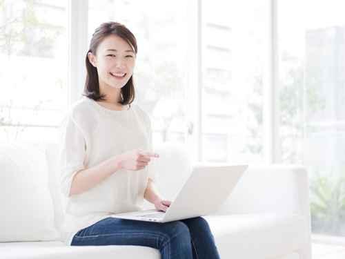 パソコン・指差す若い女性